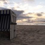 Strand mit Korb bei Sonnenuntergang